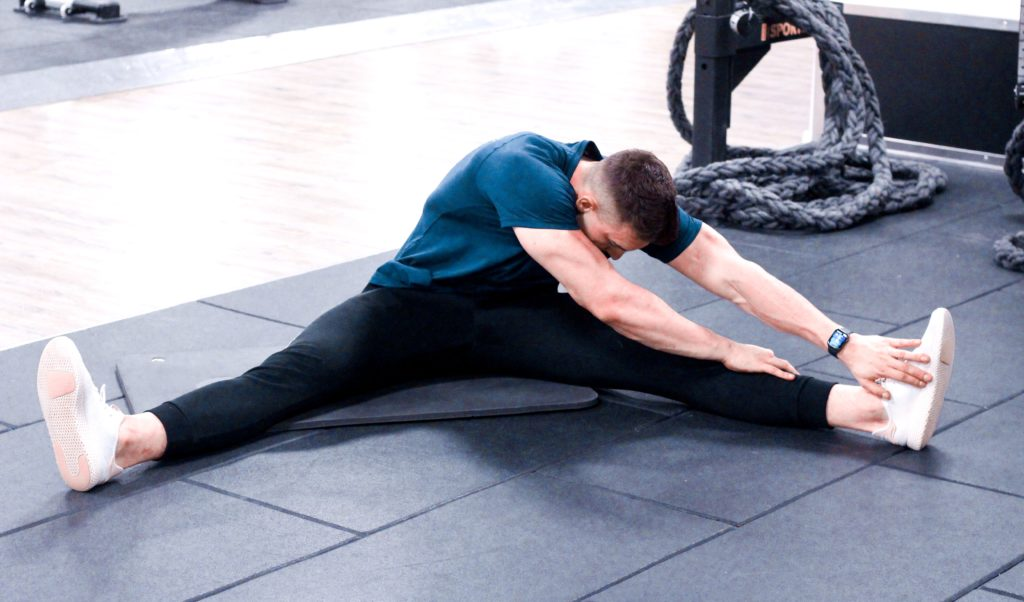 Stretching mięśni dwugłowych ud oraz przywodzicieli