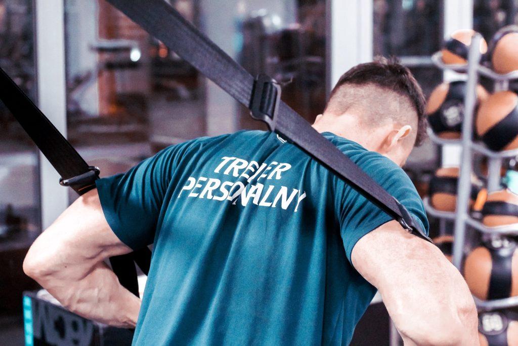 Trening ukierunkowany na rozwój masy mięśniowej okiem trenera personalnego pracującego w Warszawie
