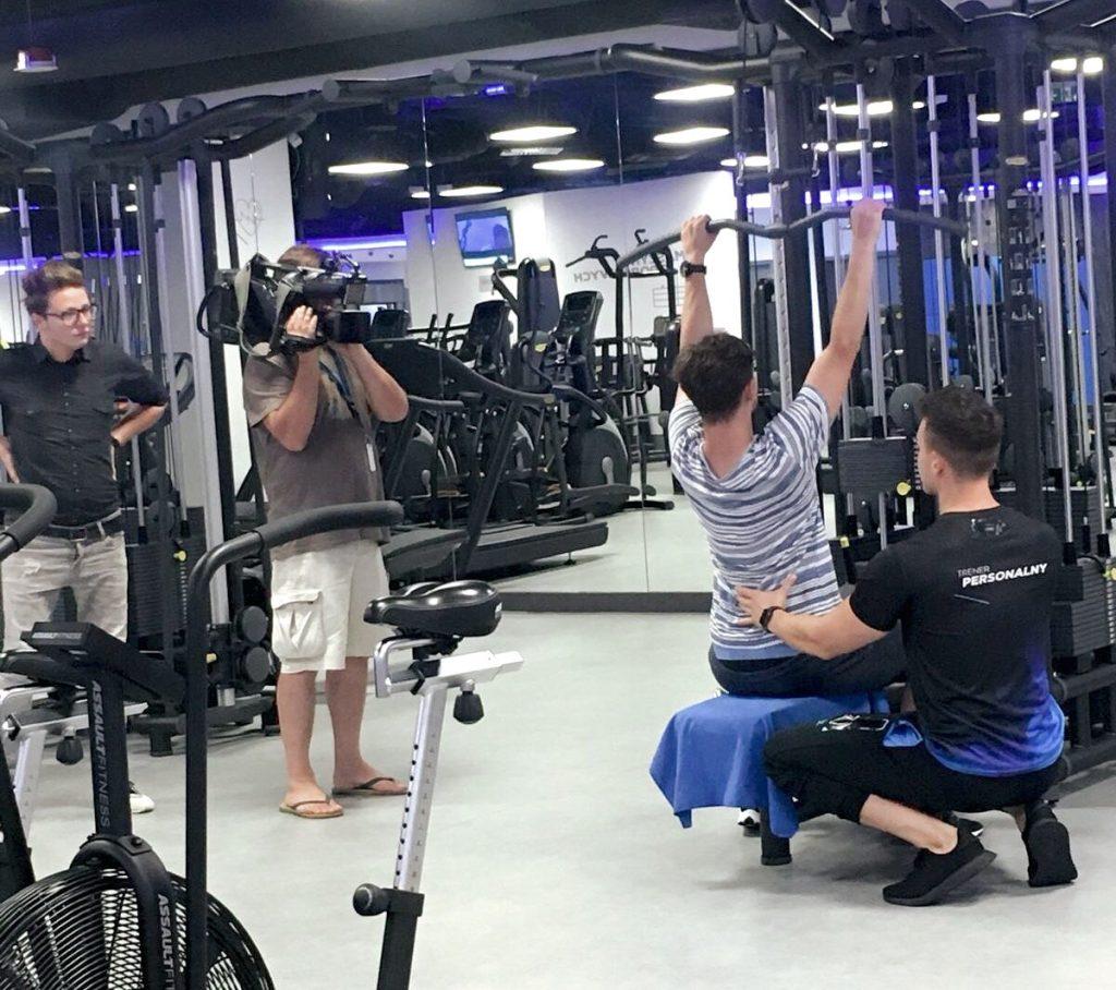 Trener Amadeusz poprawia Antka Królikowskiego w trakcie nagrania telewizyjnego
