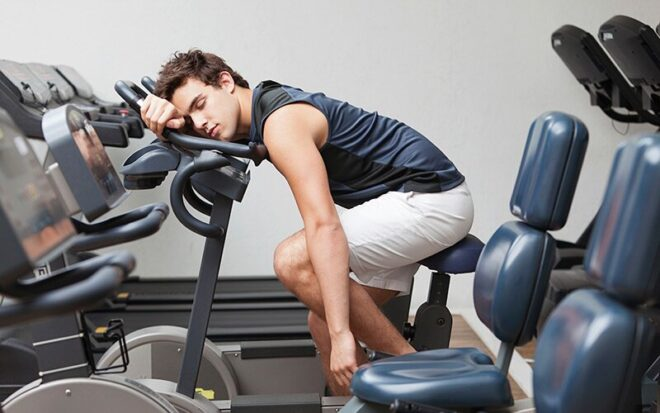mężczyzna śpiący na siłowni z przemęczenia