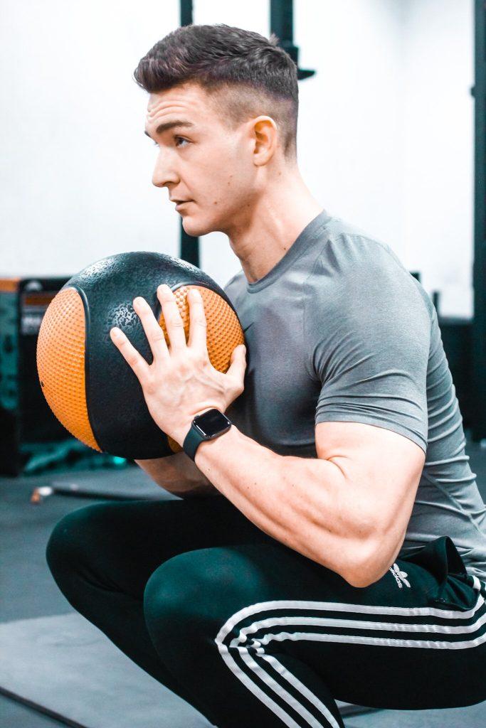 Przysiad z piłką lekarską jako element treningu ogólnorozwojowego