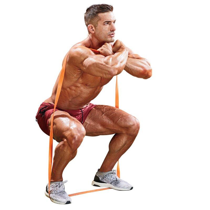 Przysiad z gumą oporową - trening w domu - ćwiczenie na nogi i pośladki
