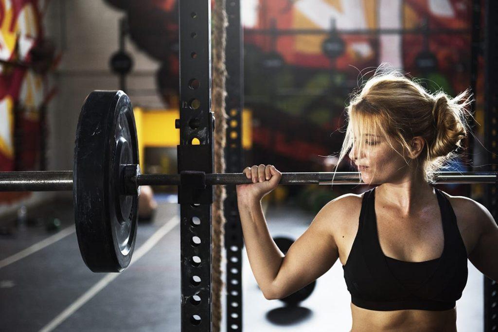 Trening z ciężarami dla Kobiet - czy kobiety powinny trenować siłowo?